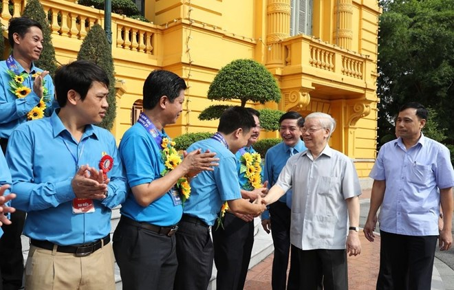 Party, State leader meets outstanding trade union leaders, officials