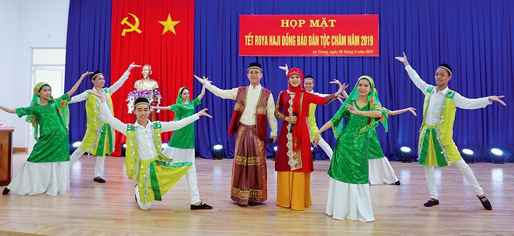Cham ethnic people enjoy Roya Haji festival