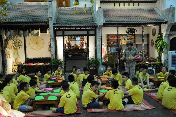 Studying history at Thang Long Imperial Citadel and Co Loa relics