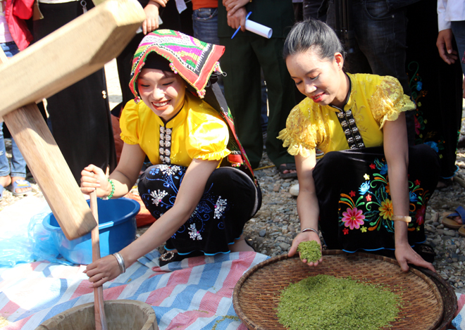 Experience traditional food making at Tu Le green sticky rice festival