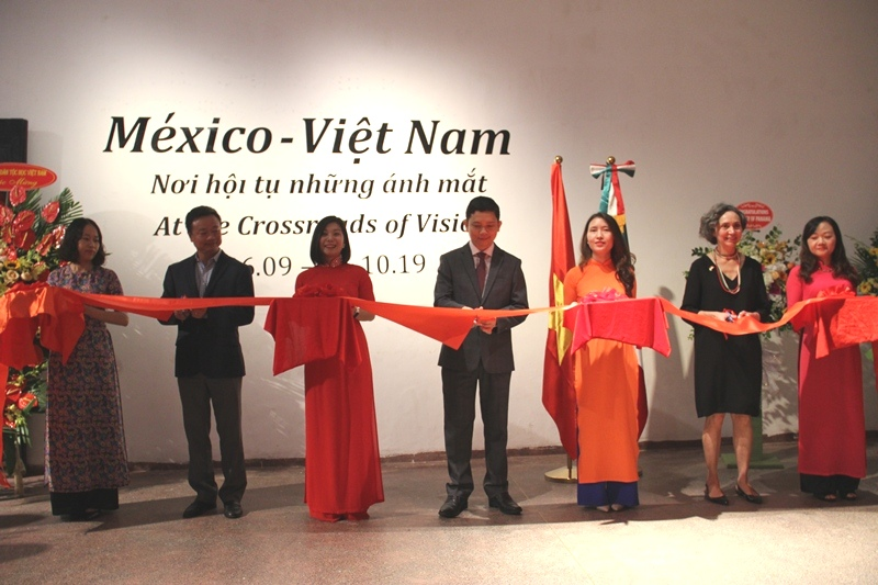 72 photos on Vietnam and Mexico on display in Hanoi