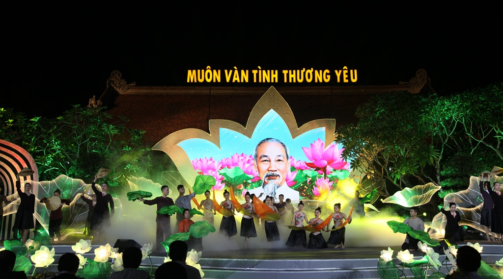 Special arts program on Uncle Ho broadcast live at HCM City's Nha Rong Wharf
