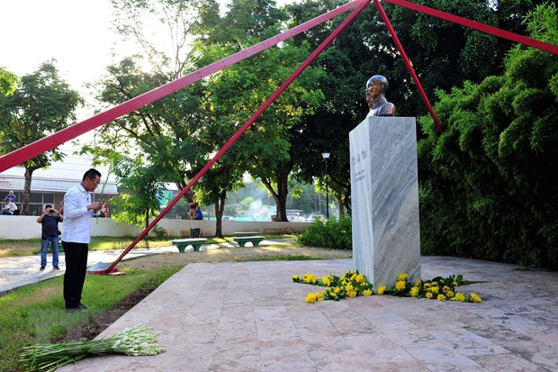 Vietnamese Embassy in Cuba offers flowers at President Ho Chi Minh's statue