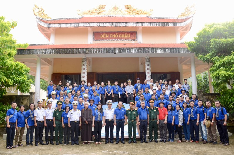 Ho Chi Minh city delegation visits people and soldiers on Tho Chu island