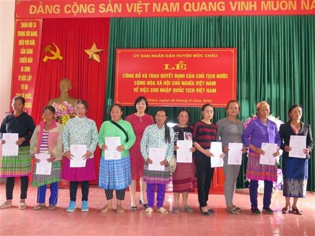 Lao nationals in Son La granted Vietnamese citizenship