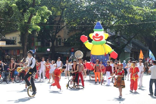 Circus performances at Hoan Kiem lake pedestrian street