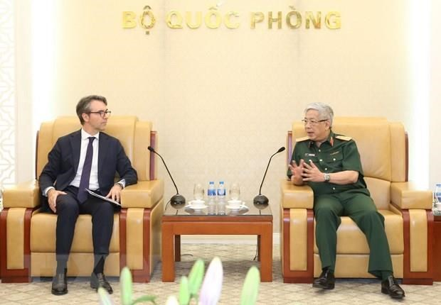 Deputy Defence Minister Nguyen Chi Vinh receives foreign guests