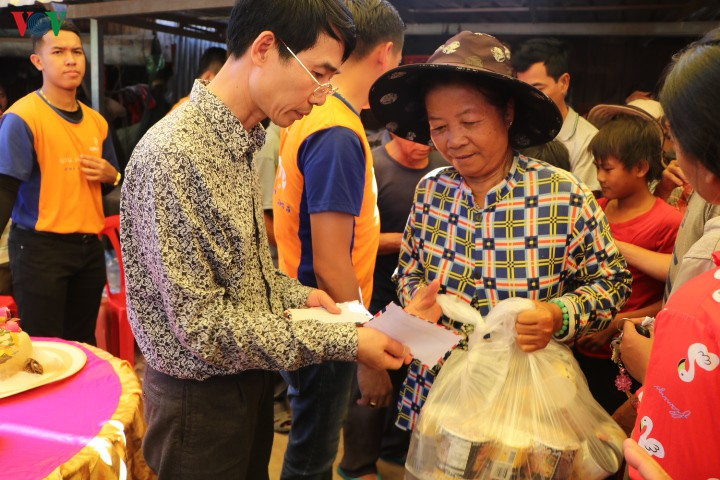 Relief aid presented to overseas Vietnamese in Cambodia's flood-hit areas