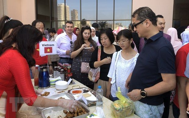 Vietnam joins international charity bazaar in Egypt