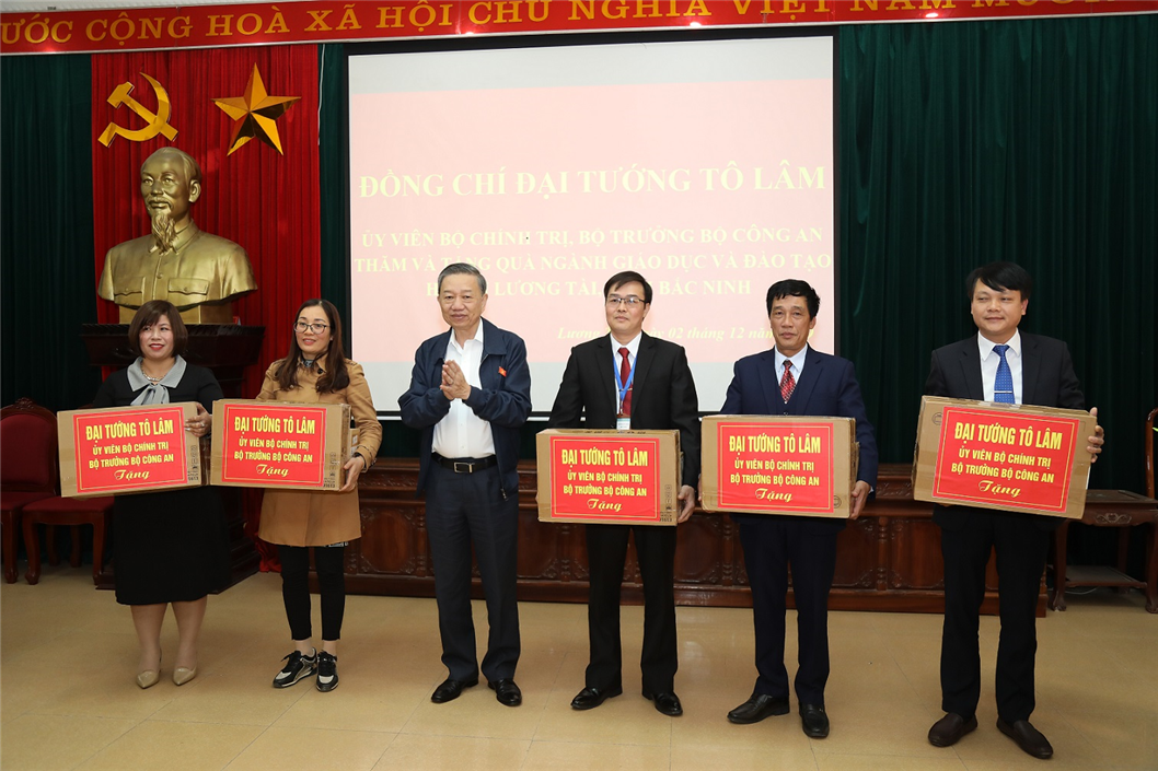 Voters in Bac Ninh acknowledge activities of NA deputies