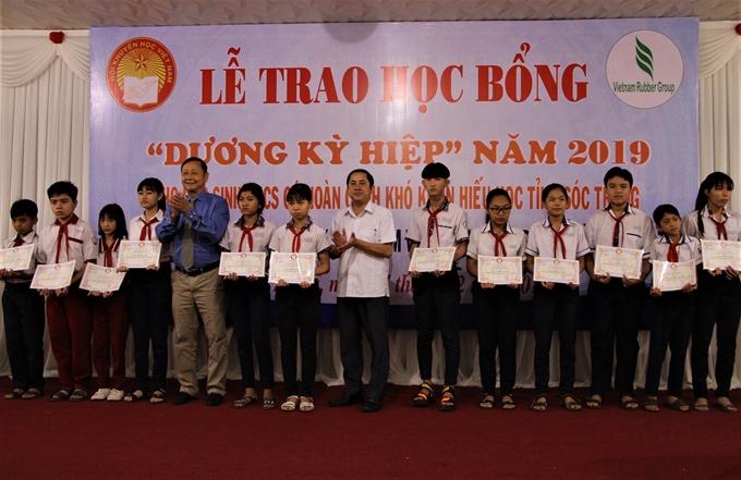 Providing 240 scholarships to poor students in Soc Trang