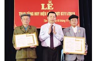 Bac Ninh province presents Party Badges to over 700 Party members