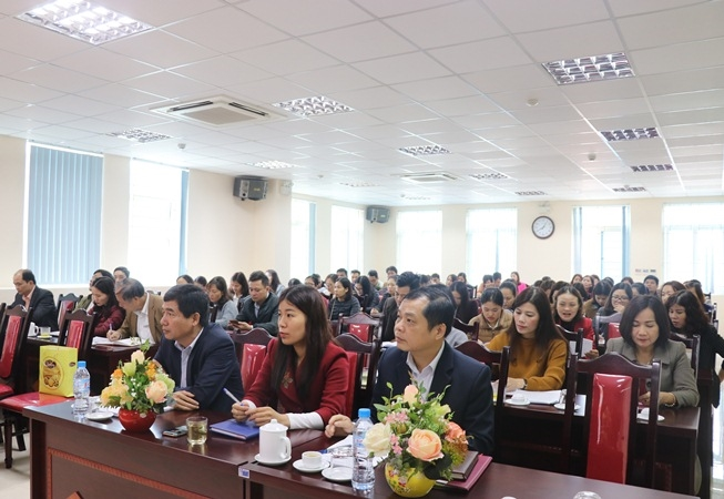 Providing information related to Party Congresses at all levels to staff of Bac Kan provincial Social Insurance