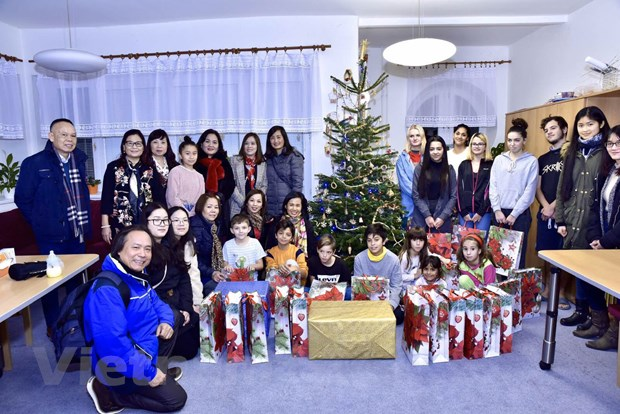 Overseas Vietnamese present gifts to the unfortunate on Christmas in Czech Republic