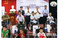 Disabled people in Bac Ninh presented wheelchairs