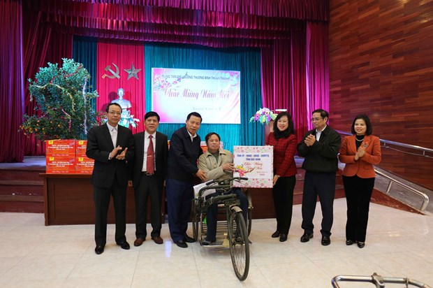 Party official presents Tet gifts to wounded soldiers in Bac Ninh