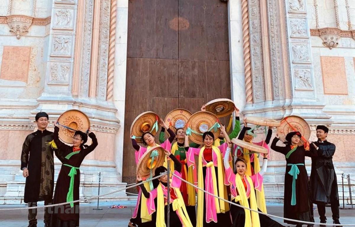 Vietnamese folk dances impress visitors at Dancin'BO festival in Italy