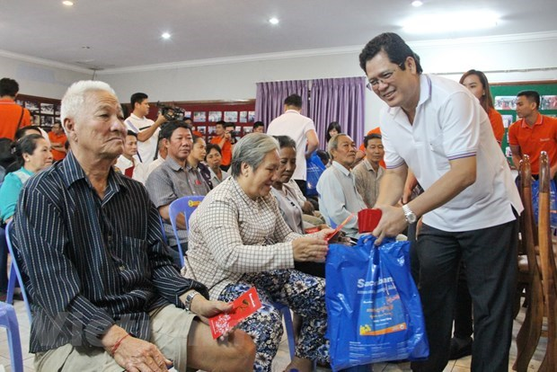 Poor Vietnamese households in Cambodia presented gifts