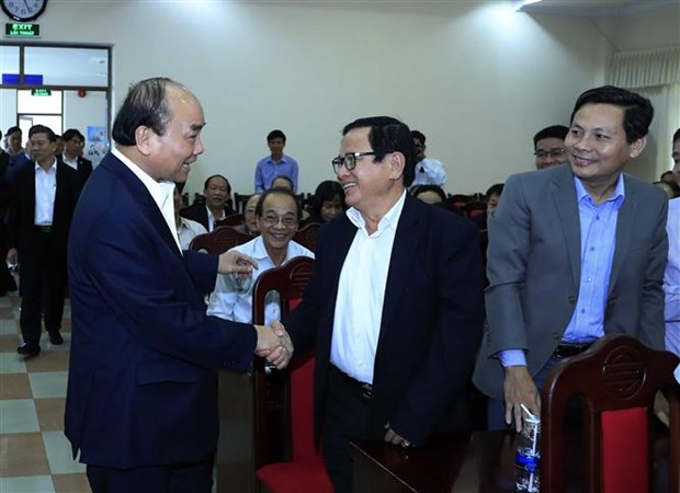 PM Nguyen Xuan Phuc meets with former officials of central region