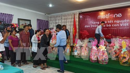 Poor Vietnamese families in Cambodia presented Tet gifts