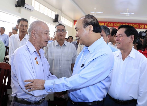 Prime Minister presents Tet gifts to needy people in Tra Vinh and Vinh Long