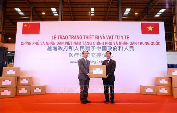 Vietnam presents medical equipment to China