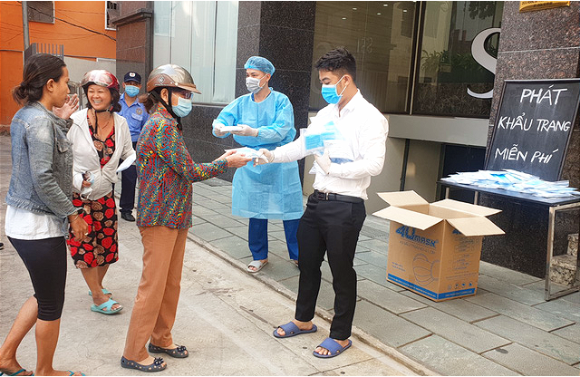 Ethnic groups in Ho Chi Minh City supported to update Covid-19 information