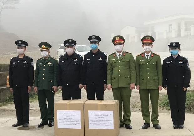 Vietnamese public security forces present 5,000 face masks to Chinese counterparts