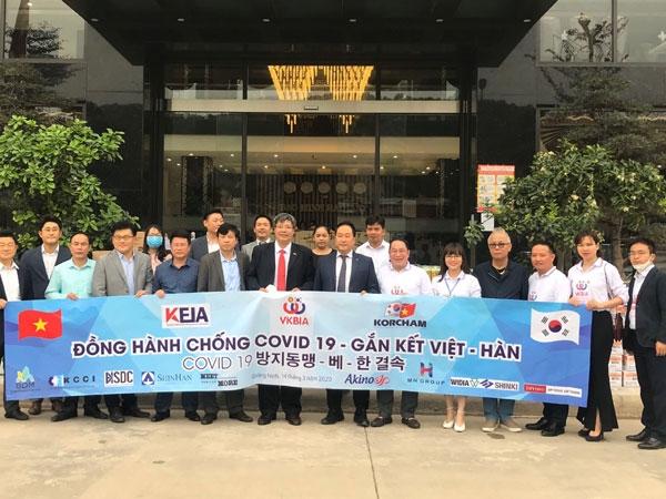 Korean businesses present Covid-19 preventive equipment to Quang Ninh