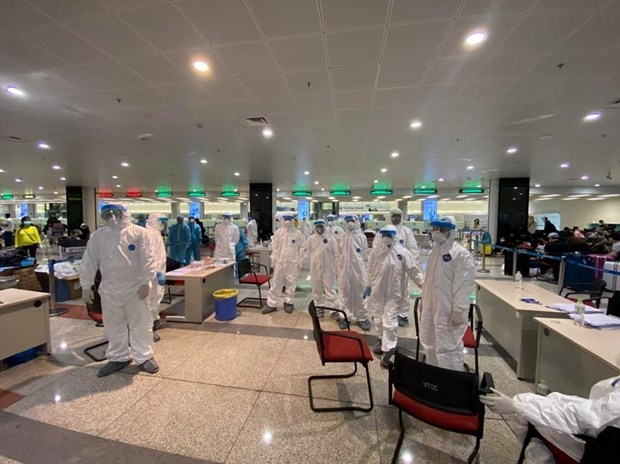 Health official checks COVID-19 prevention at Noi Bai int'l airport