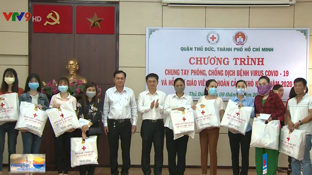 Ho Chi Minh city presents gift to teachers in difficult circumstance affected by Covid-19