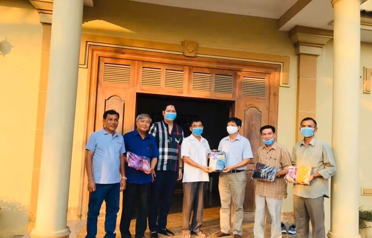 Consulate General presents face masks to overseas Vietnamese in Cambodia