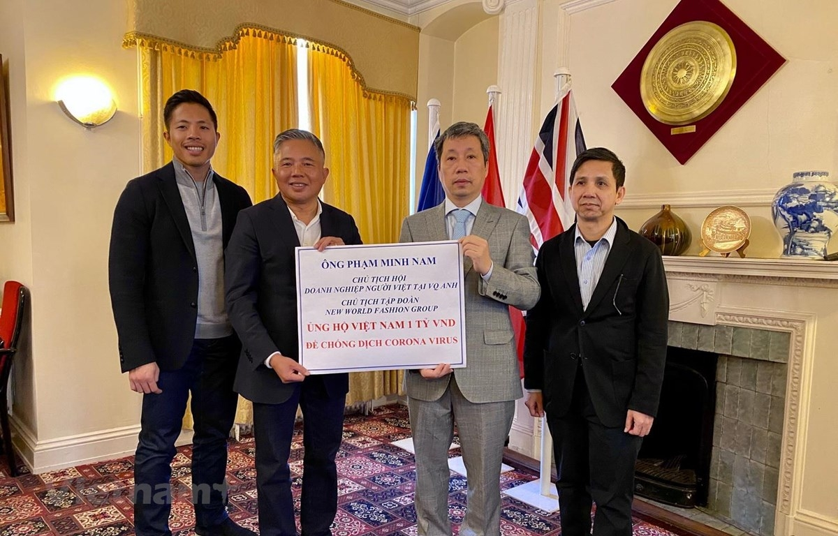 Overseas Vietnamese businessman in UK presents aid to prevent COVID-19