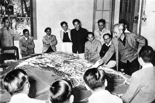 President Ho Chi Minh with Hanoi Party Committee and people