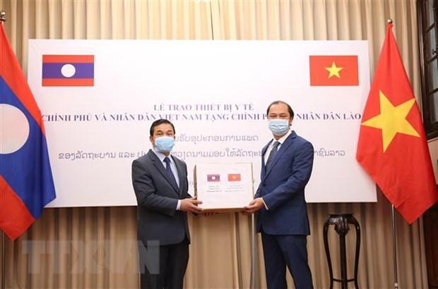 COVID-19: Vietnam presents medical equipment to Laos, Cambodia