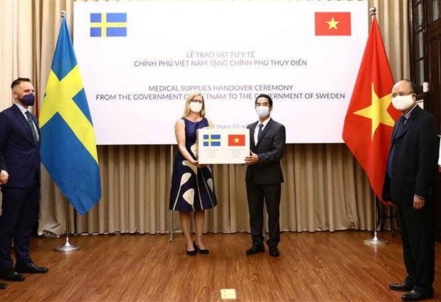 Vietnam presents medical supplies to Sweden