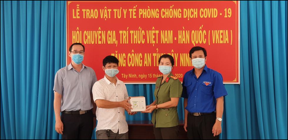 Vietnam - Korea Experts and Intellectuals Association (VKEIA) present medical equipment to Tay Ninh