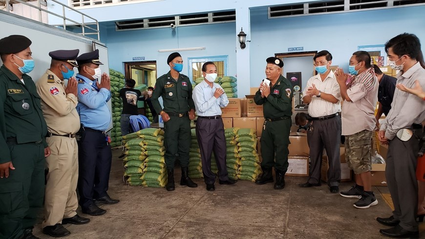 Relief gift presented to Vietnamese-Cambodian people