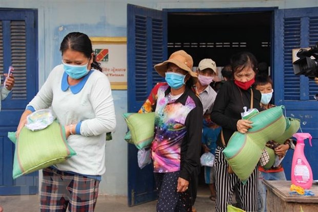 More gifts presented to Vietnamese-Cambodian families