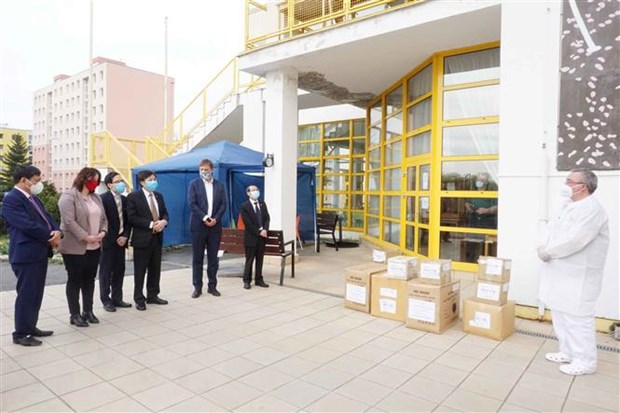 Vietnamese in Czech Republic present medical supplies to local people