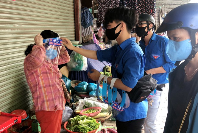 Youth Union members in Da Nang make face shields for local small traders