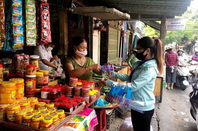 Small traders in Da Nang presented face shields