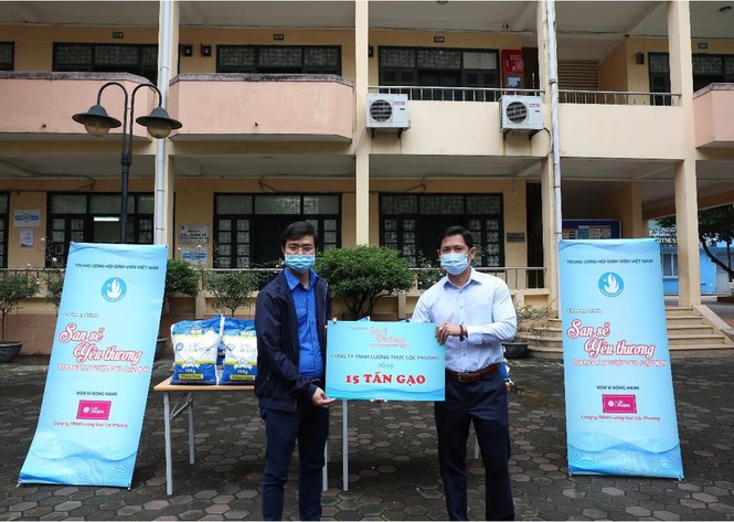 Students in difficult circumstances presented free rice