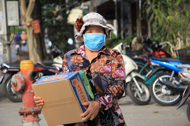 Ho Chi Minh City grants financial relief to poor, unemployed people
