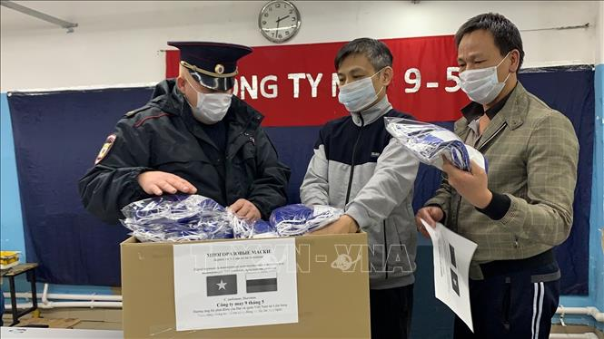 Vietnamese people in Russia present face masks to local residents