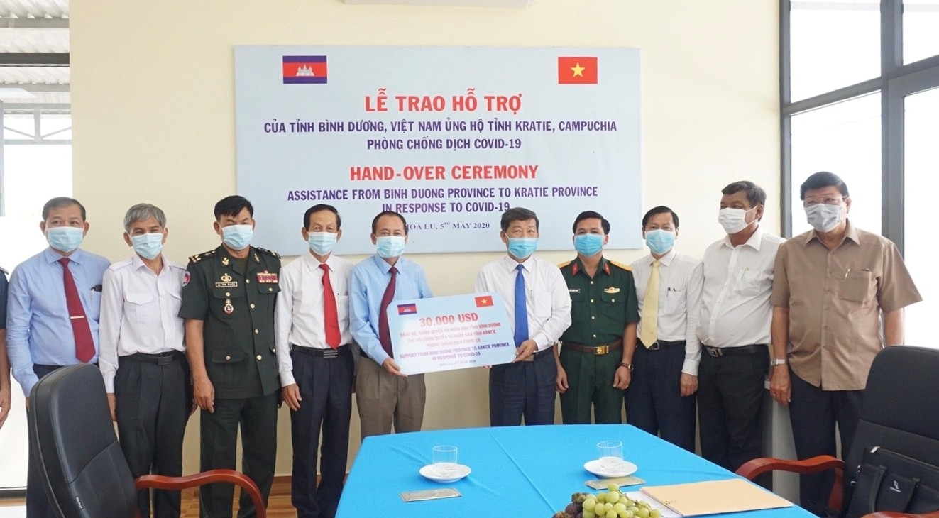 Vietnamese province presents over VND1 billion to Cambodian locality's COVID-19 fight