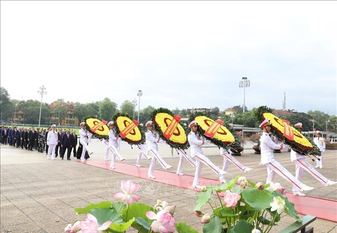 Party and State leaders pay homage to great President Ho Chi Minh