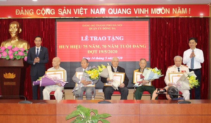 Hanoi: Presenting party badges to 6,095 party members