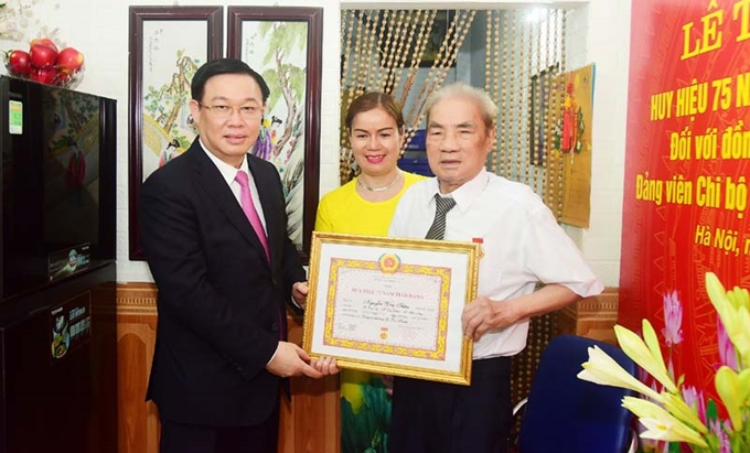 Hanoi city party committee awards 75-year Party membership badge