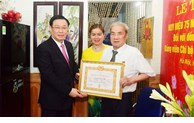Hanoi city party committee awards 75-year Party membership badge